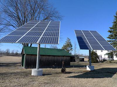 من اخترع الألواح الشمسية